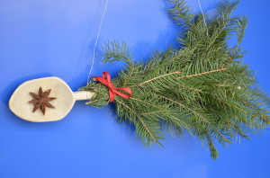 vánoční dekorace z jehličí a vařečky